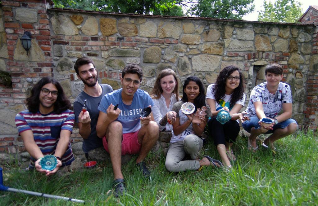 Wolontariusze Zagraniczni : Marie z Egiptu; Ege  z Turcji, Anjalee ze Sri Lanki już w swoich rodzinnych domach.