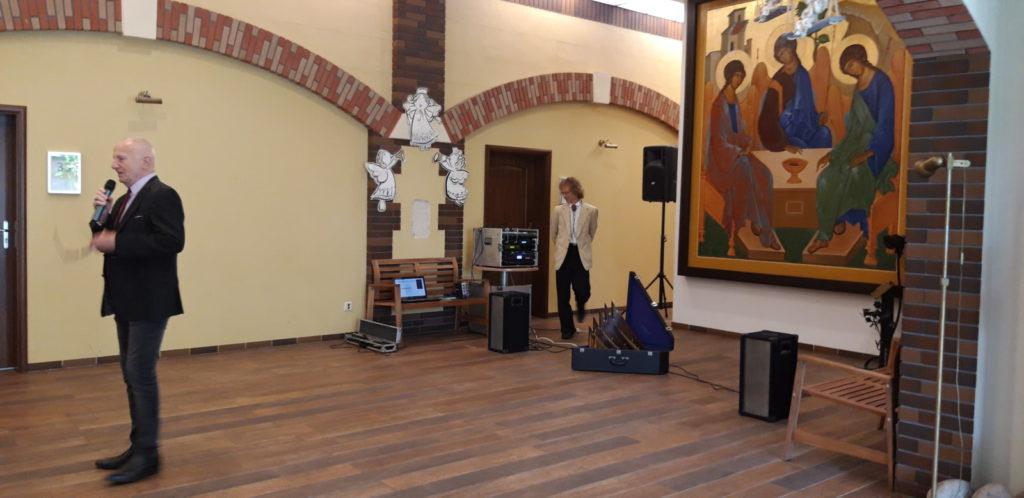 Pan Lucjan Czerny, artysta, kabareciarz i wodzirej wraz z Panem Arturem Thomasem prekursorem profesjonalnej gry na fletni Pana w Polsce gościli 22 sierpnia w naszym Hospicjum